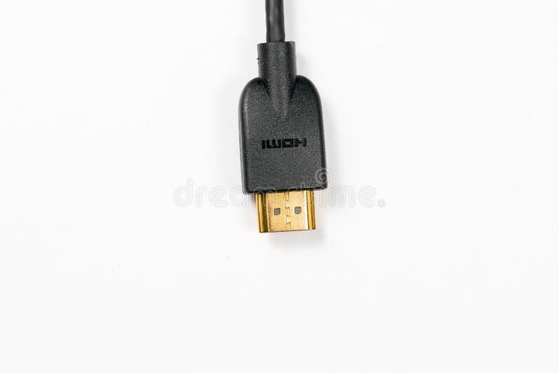 HDMI-kabel med guld- pläterade kontaktdon på vit bakgrund royaltyfria foton