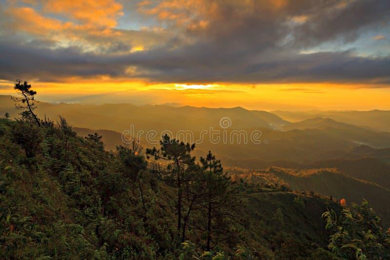 hdr图象横向庄严山日出 剧烈的天空在Tha 图库摄影