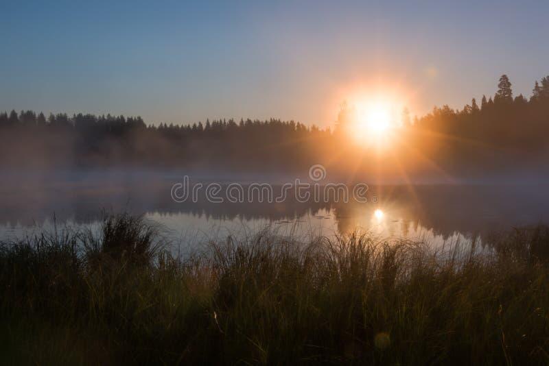 HDR射击了有雾的日出在湖 免版税库存照片
