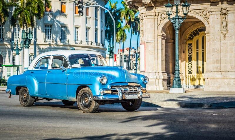 HDR - Αμερικανικό μπλε κλασικό αυτοκίνητο με τον άσπρο οδηγημένο στεγών στο κεντρικό δρόμο στην πόλη Κούβα της Αβάνας - το ρεπορτ στοκ φωτογραφία