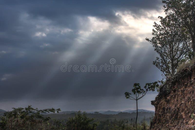 HDR ενός ουρανού θύελλας με τη λάμποντας γούρνα ήλιων στοκ εικόνα με δικαίωμα ελεύθερης χρήσης