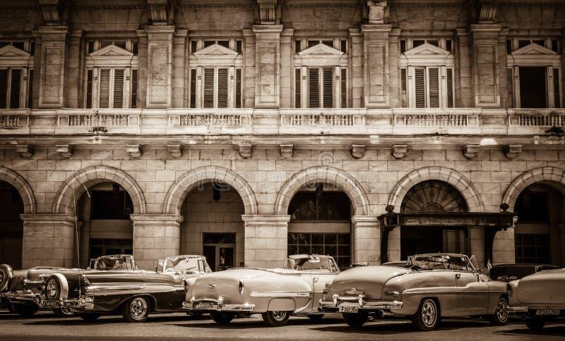 HDR - Американские обратимые винтажные припаркованные автомобили выровнянными вверх на переулке в Гаване Кубе - вымачивайте стоковая фотография