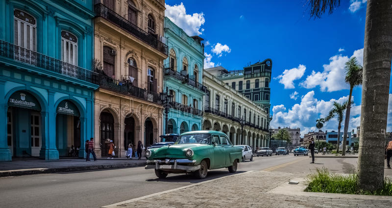 HDR - Сцена жизни улицы в Гаване Кубе с зелеными американскими винтажными автомобилями - репортаже Serie Кубы стоковая фотография rf