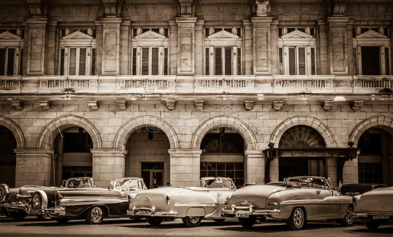 HDR - Amerikaanse convertibele uitstekende geparkeerd die auto's op de zijstraat in Havana Cuba worden opgesteld - root stock fotografie