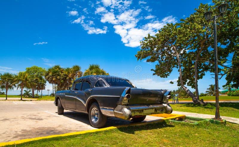 HDR - Amerykański czarny rocznika samochód parkujący na parking w Varadero Kuba, Seria Kuba reportażu - obraz royalty free