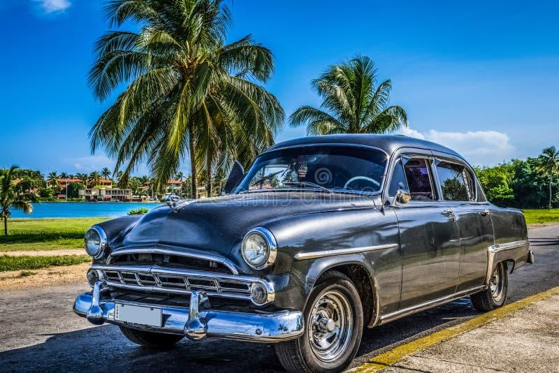 HDR - Amerykański czarny rocznika samochód parkujący przed plażą w Varadero Kuba, Seria Kuba reportażu - zdjęcie royalty free