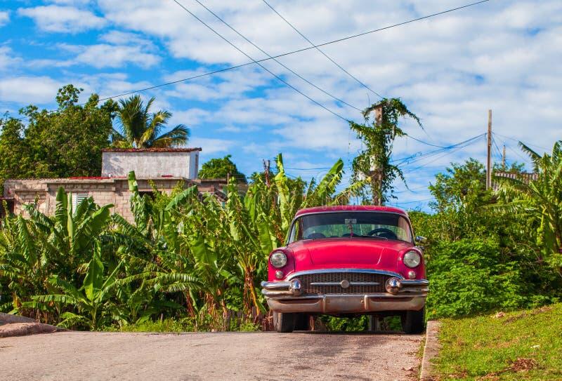 HDR - Amerykański czerwony rocznika samochód parkujący w bocznej ulicie w Santa Clara Kuba, Seria Kuba reportażu - obraz stock