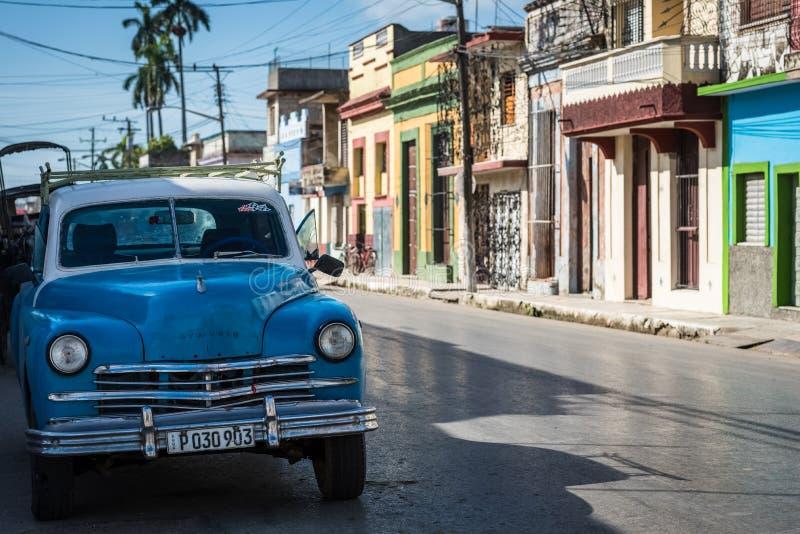 HDR błękitny amerykański klasyczny samochód parkujący na ulicie w Santa Clara Kuba obraz stock