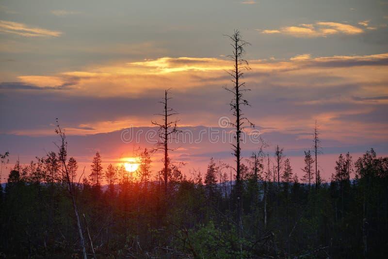 HDR-Bild des bunten Sonnenuntergangs in Nord-Schweden stockfotografie