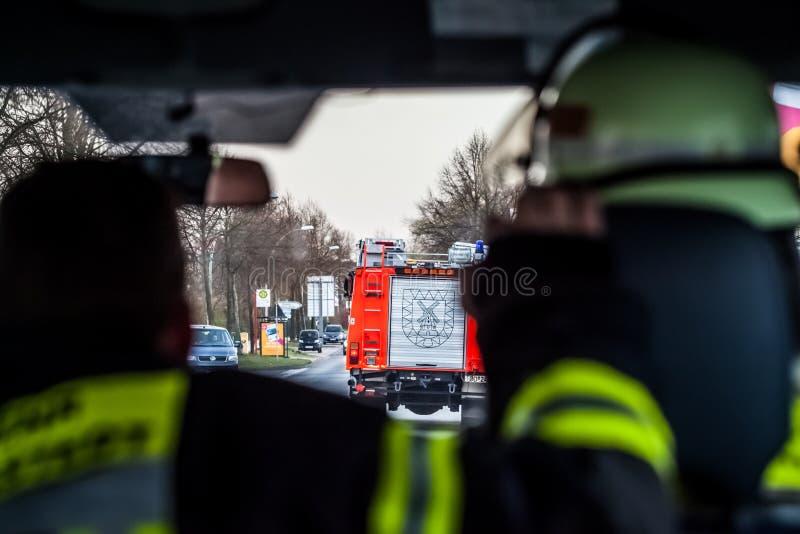 HDR - brandman på gatan i brandlastbilen i handling royaltyfri fotografi