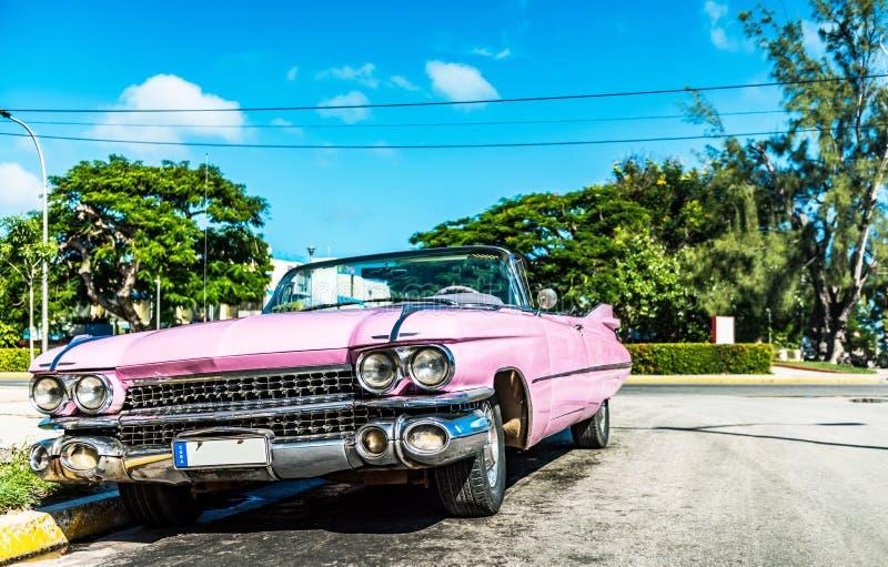 HDR - Carro convertível cor-de-rosa americano do vintage na vista dianteira em Varadero Cuba - Serie Cuba foto de stock