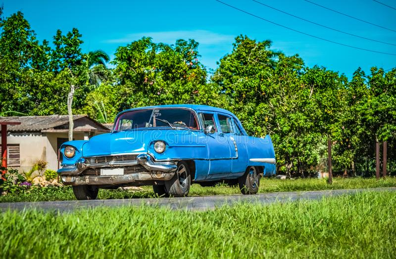 HDR - Coche clásico azul americano en la carretera nacional en Santa Clara - el reportaje de Serie Cuba fotografía de archivo