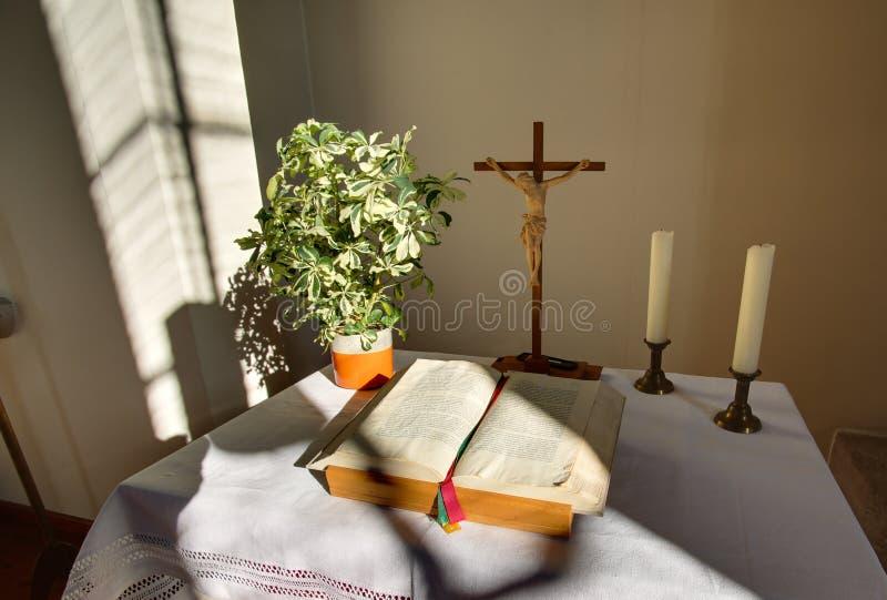HDR disparou do altar com cruz e da Bíblia em uma igreja em Rassdorf, Hesse, Alemanha imagem de stock