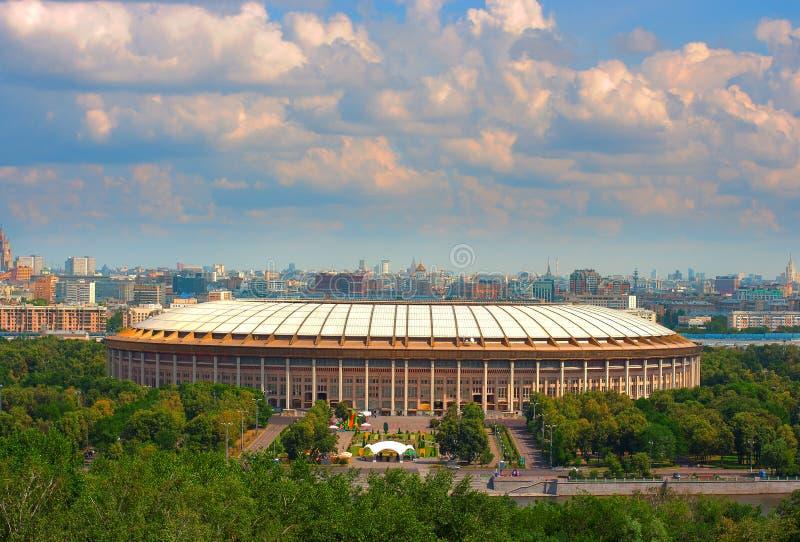 HDR-foto av Luzhniki stadion i Moskva med sikt i bakgrunden royaltyfria bilder