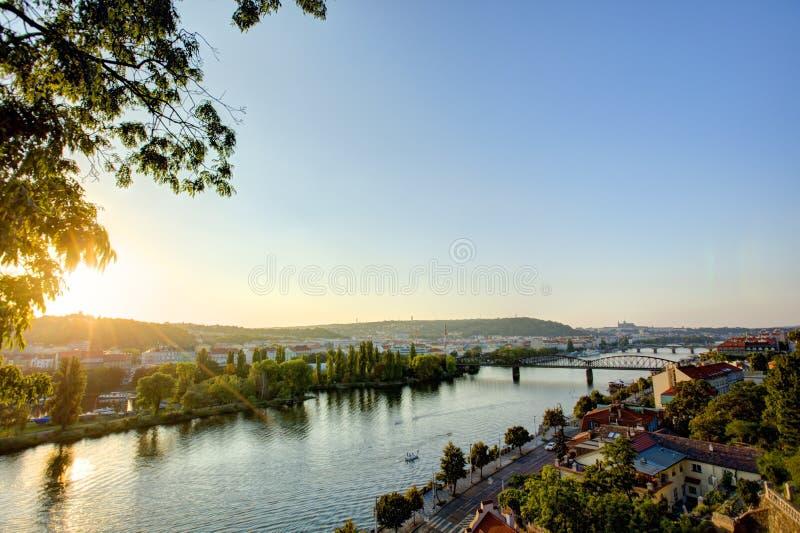 HDR-Foto einer Ansicht über die Moldau-Fluss mit Sonneneinstellung hinter ihr von Vysehrad in Prag, Tschechische Republik lizenzfreies stockbild