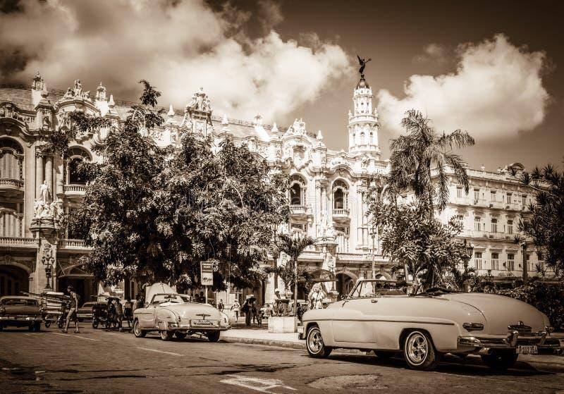 HDR - Härlig amerikan Buick och Mercury Cabriolet klassiska bilar som parkeras för Granen Teatro royaltyfri foto