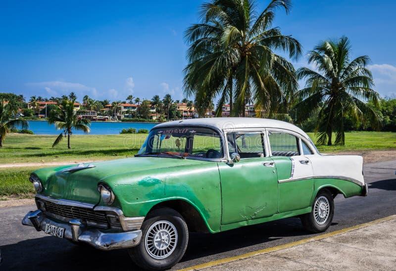 HDR härlig grön klassisk bil med det vita taket i villan Clara Cuba royaltyfria foton