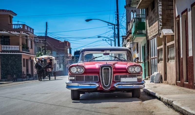 HDR - Härlig röd amerikansk sikt för tappningbil som framtill parkeras i Havana Cuba - Serie Kubareportage royaltyfri fotografi