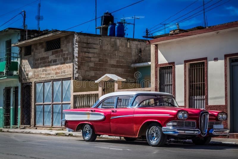 HDR - Härlig röd amerikansk tappningbil med ett vitt tak som parkeras i Havana Cuba - Serie Kubareportage arkivfoton