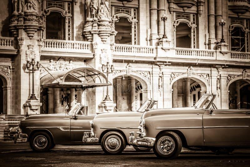 HDR - Het straatleven met geparkeerde Amerikaanse convertibele uitstekende auto's vóór gran teatro in Havana Cub royalty-vrije stock afbeeldingen
