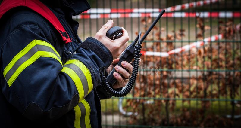 HDR - Il pompiere funziona con un walkie-talkie nell'azione - pompiere di Serie immagine stock