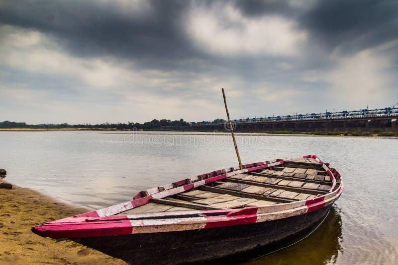 HDR krajobraz knur wiązał przy kątem rzecznego łóżka piaskowatej plaży i chmurnego nieba dnia czasu scena zdjęcie royalty free