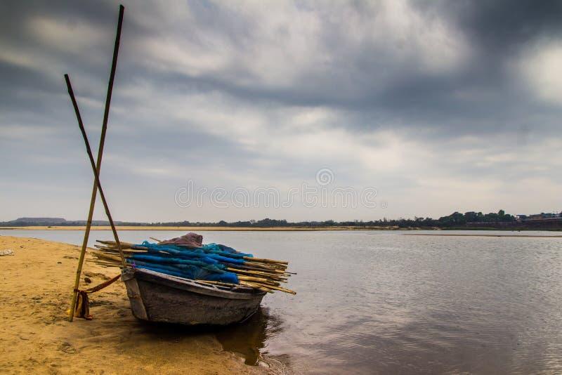 HDR krajobraz knur wiązał przy kątem rzecznego łóżka piaskowatej plaży i chmurnego nieba dnia czasu scena obrazy royalty free