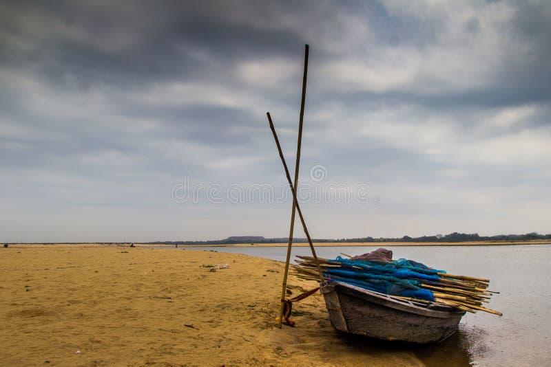 HDR krajobraz knur wiązał przy kątem rzecznego łóżka piaskowatej plaży i chmurnego nieba dnia czasu scena obraz royalty free