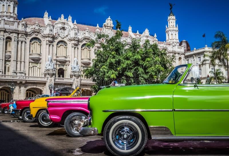 HDR - Les belles voitures convertibles américaines de vintage ont garé en Havana Cuba - reportage de Serie Cuba photos stock