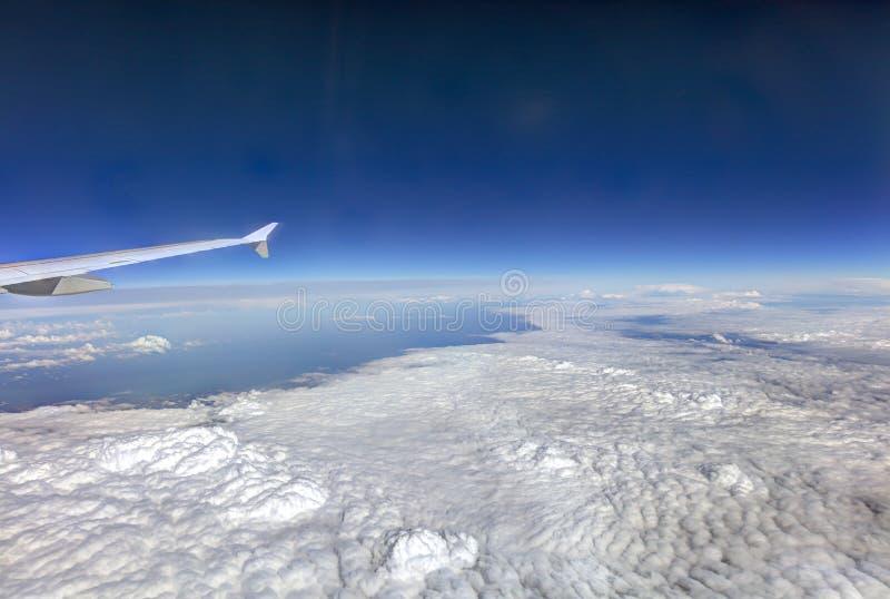HDR-Luftfoto der Landschaft mit den Wolken, den schneebedeckten Bergen und der Ansicht, die vollständig zum Horizont mit Flugzeug stockfotos
