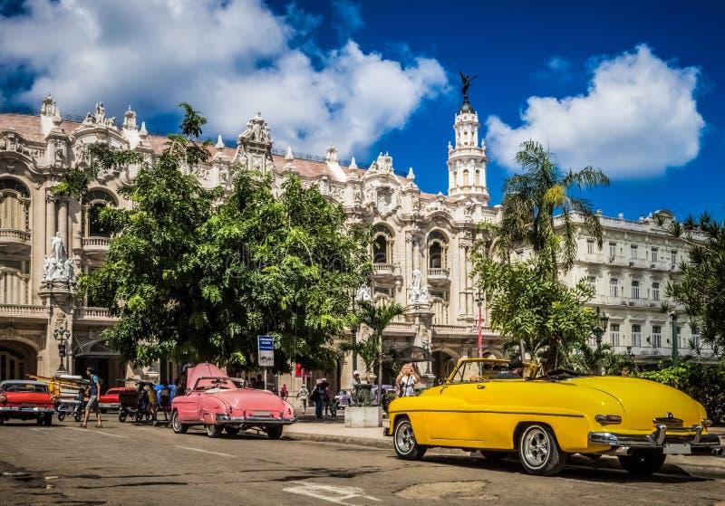 HDR - Os carros convertíveis americanos bonitos do vintage estacionaram em Havana Cuba antes do teatro do gran - reportagem de Se fotos de stock