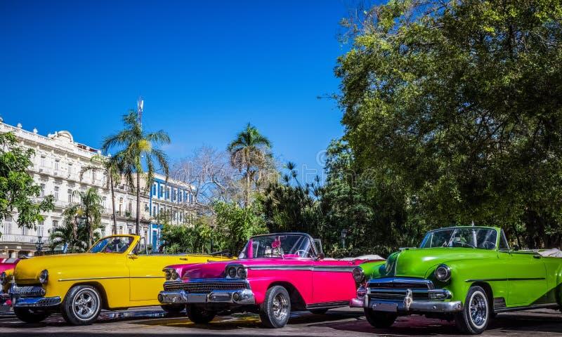 HDR - Os carros convertíveis americanos bonitos do vintage estacionaram em série em Havana Cuba antes do teatro do gran - reporta fotografia de stock