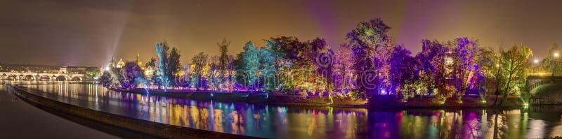 HDR-panoramabeeld van Magische tuininstallatie door de Finse meester van het bewegen van lichteffecten Kari Kola bij Signaalfesti royalty-vrije stock afbeeldingen
