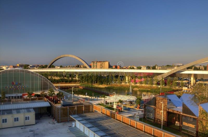 HDR panoramafoto av sikten uppifrån av den stora ryska paviljongen på den Milan EXPON 2015 med en bro i bakgrunden arkivfoto