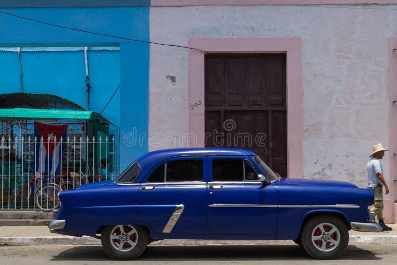 HDR parqueó el coche clásico americano azul en Cuba con un latino imágenes de archivo libres de regalías