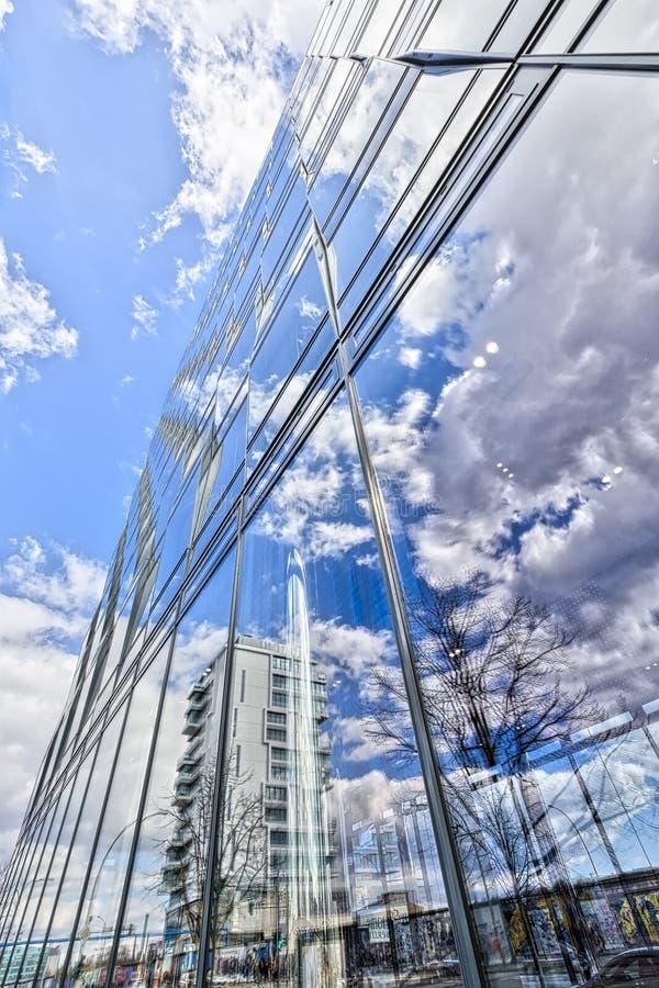 HDR sköt av en kontorsbyggnad i Berlin Treptow arkivfoton
