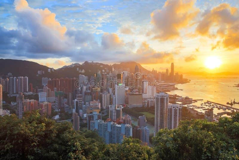 HDR: Solnedgång i Hong Kong stadshorisont arkivfoto