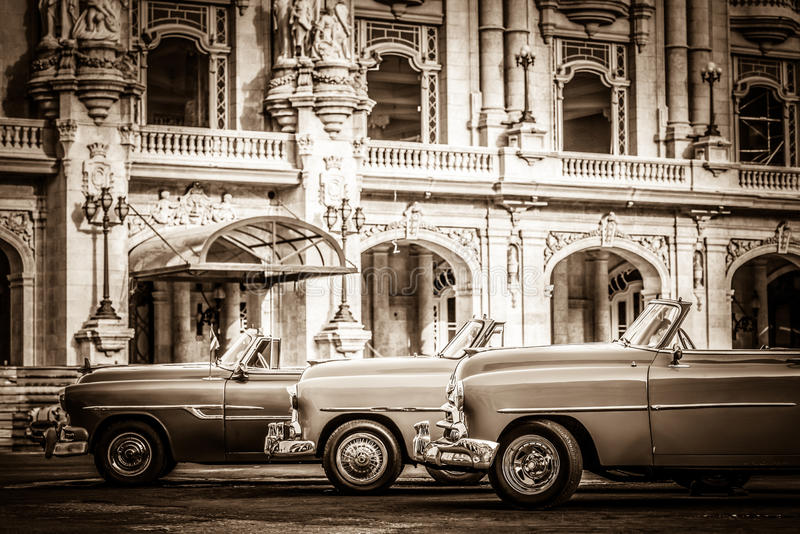 HDR - Straßenleben mit amerikanischen konvertierbaren Weinleseparkautos vor dem gran teatro in Havana Cub lizenzfreie stockbilder