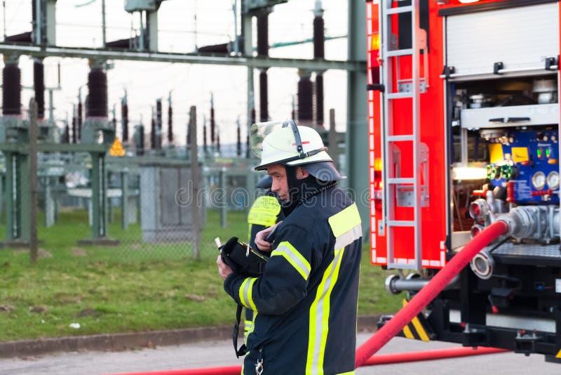 HDR - strażaka szef w akci blisko pożarniczego silnika zdjęcia stock