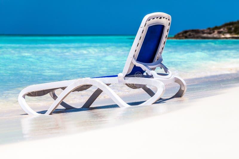 HDR - Tiri la scena in secco con una chaise-lounge del sole sulla spiaggia e l'orizzonte Cayo Santa Maria Cuba - il reportage di  immagine stock