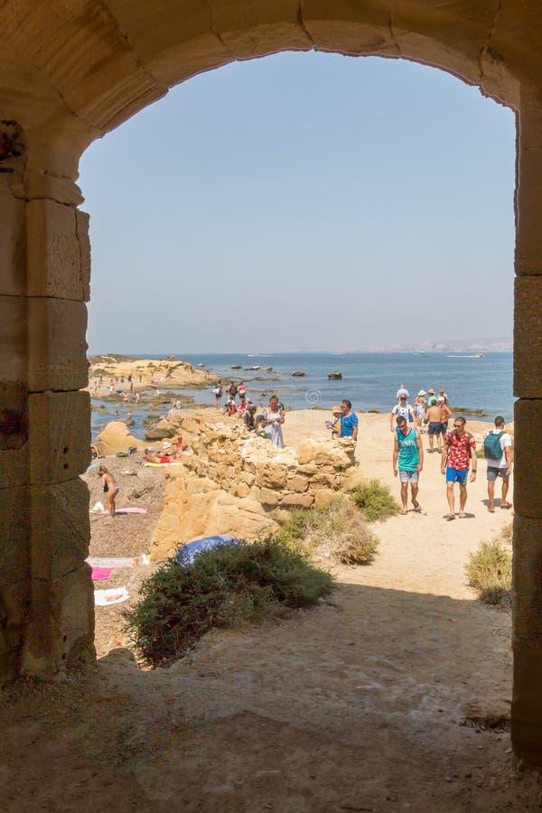 HDR wizerunek spojrzenie przy wyspą z 10 kwota cieszy się skaliste plaże turysta, nad 000 gości dziennych zdjęcie stock