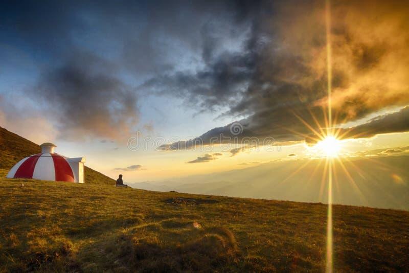 hdr wizerunku krajobrazu majestatyczny gór zmierzch _ obrazy stock