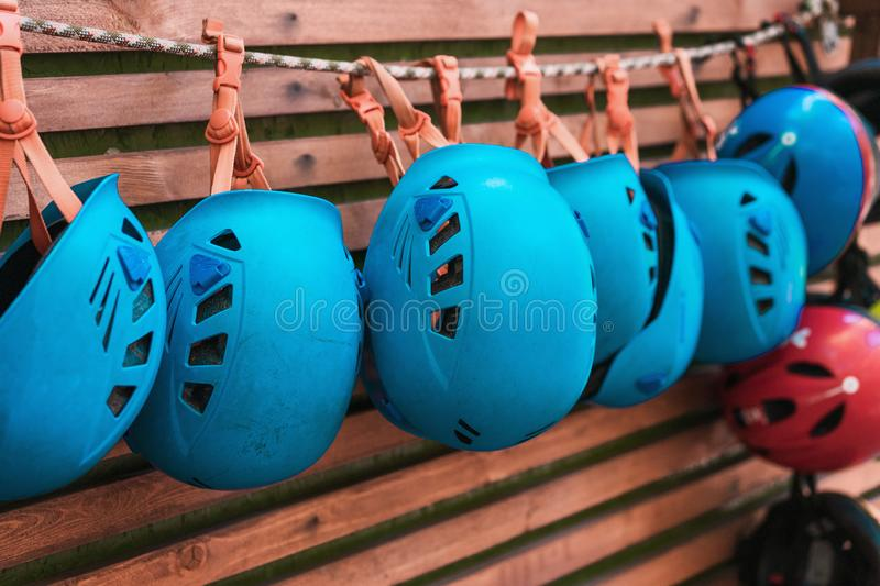 Hełma błękitny obwieszenie na arkanie Sprzęt Ratowniczy Wyposażenie dla ludzkiej ochrony Kierownicza ochrona zdjęcie stock