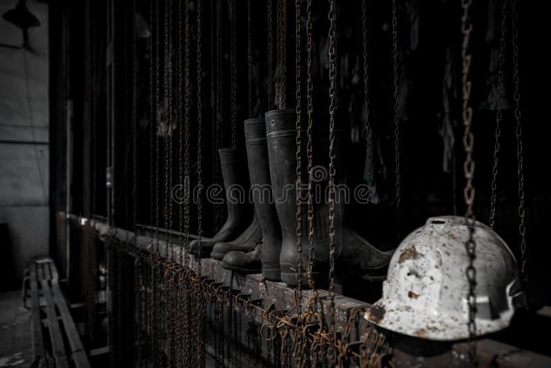 Hełm i buty w łańcuszkowej przebieralni w Landek parku obraz stock