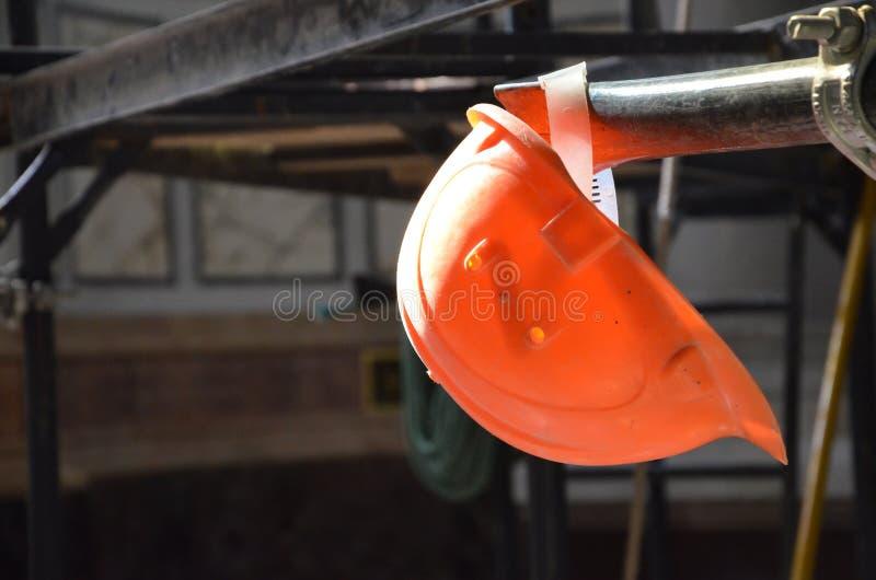 Hełm przy budowa terenem zdjęcie royalty free