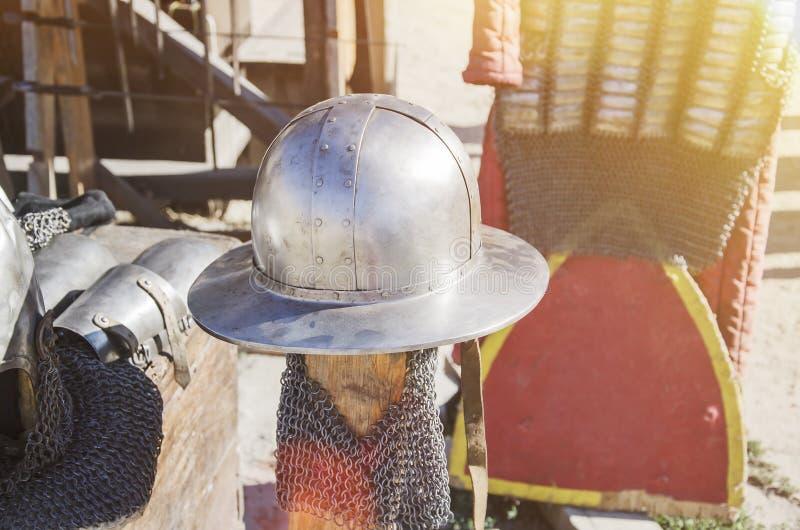 Hełm stary rycerz w świetle słonecznym outdoors obrazy stock