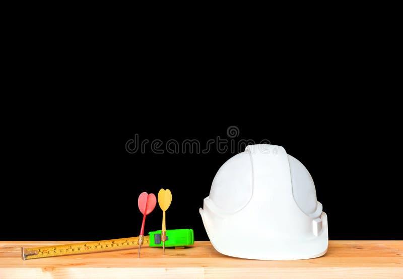 hełma plastikowy biel z strzałką i pomiarowa taśma zieleniejemy kapeluszowy zbawczego wyposażenia pracować inżynierii pojęcia bud obrazy royalty free