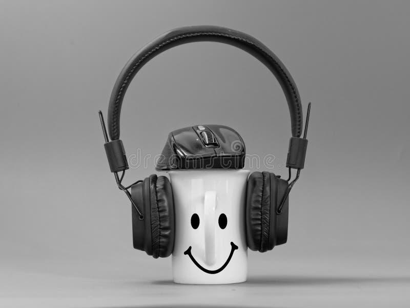 Hełmofony filiżanka i mysz stylizowany miłośnik muzyki na szarym tle fotografia royalty free