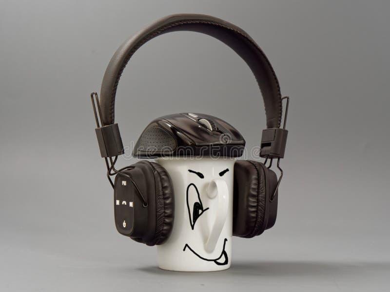 Hełmofony filiżanka i mysz stylizowany miłośnik muzyki na szarym tle obraz stock