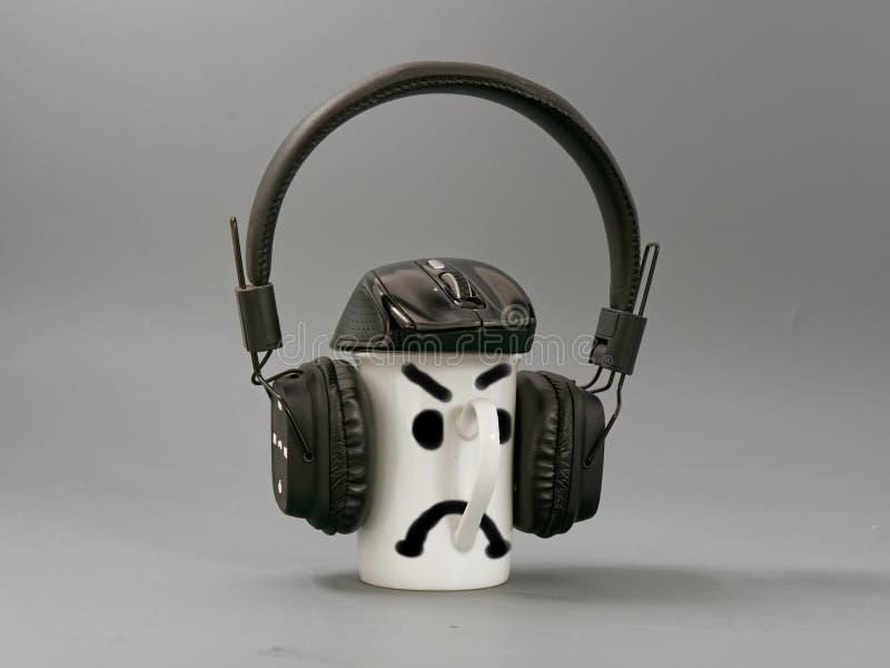 Hełmofony filiżanka i mysz stylizowany miłośnik muzyki na szarym tle zdjęcia stock